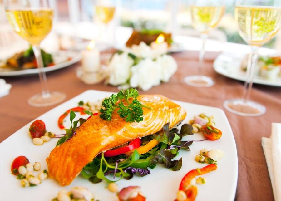 Bal Harbour şampanya ile bir somon akşam yemeği yeme